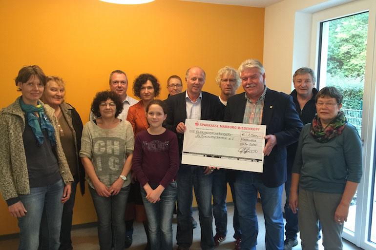 Dieter Dörr (Dritter von rechts) überreichte den Spendenscheck an die Demenz-WG.